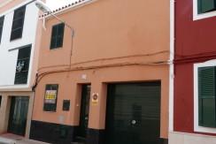 Casa con cochera  y derecho a vuelo en Es Castell