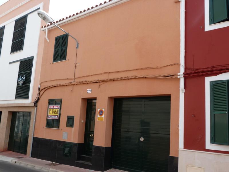 (Español) Casa con cochera  y derecho a vuelo en Es Castell