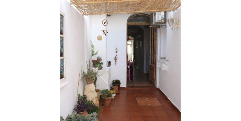 14. patio con puerta vieja